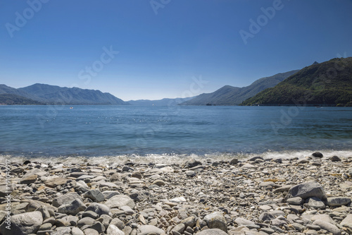 Foto op Aluminium Natuur Panoramic view of the lake with a pebble beach in the foreground.