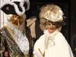 Quadro Sfilata delle maschere a Piazza San Marco Venezia, coppia di nibili del settecento vestiti in oro, nero e bianco.