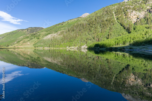 In de dag Pistache Scenic Reflection in a Colorado Wilderness Lake in Summer