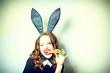 Frau feiert Ostern mit Möhre