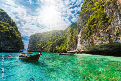 Beautiful landscape with traditional boat on the sea in Phi Phi Lee region of Losama Bay in Thailand - 191117392