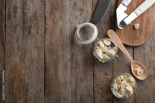 Aluminium Kruiden 2 Garlic and kitchen utensils on wooden background