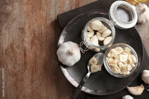 Aluminium Kruiden 2 Kitchenware and garlic on wooden table