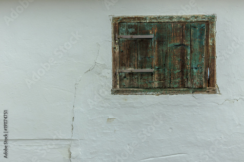 Fotobehang Wijngaard Chalked wall with old closed window