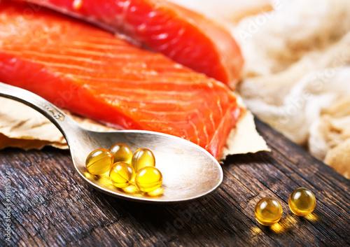 fish and capsules - 191185976