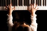 Niña y piano - 191186334