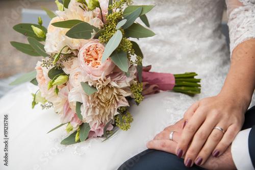 Détail des mariés lors d'une séance photo après la cérémonie