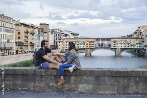 Papiers peints Florence Couple at sunset in front of Ponte Vecchio, Florence