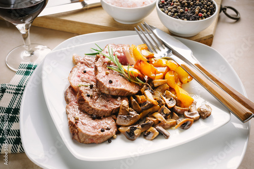 Papiers peints Steakhouse Grilled meat slices with champignon mushrooms and yellow peppers