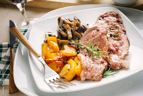 Foto op Canvas Steakhouse Grilled meat slices with champignon mushrooms and yellow peppers