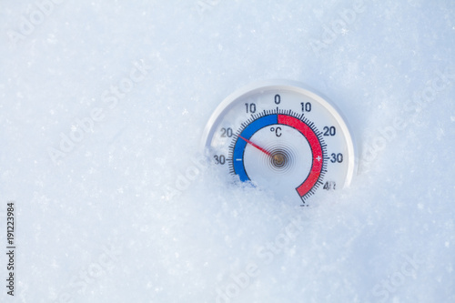 Foto Murales Outdoor thermometer in snow shows minus 20 Celsius degree cold winter weather concept
