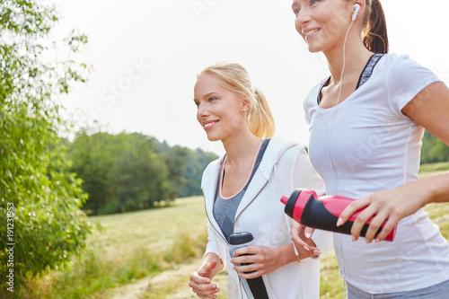 Fotobehang Hardlopen Zwei junge Frauen beim Lauftraining