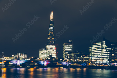 Papiers peints Londres London skyline at night with shard building and reflections on River Thames