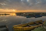 Amanecer en la bahía y barco en el Delta del Ebro - 191250756