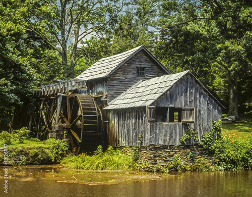 stary-mlyn-strumieniem