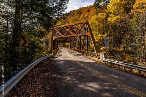 Papiers peints Marron chocolat Historic Truss Crossing in Autumn - Mountville Road Bridge - Lawrence County, Pennsylvania