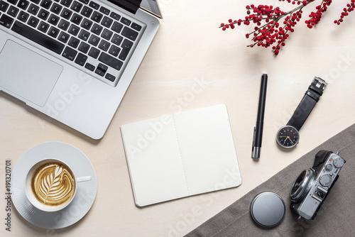 Freie Fläche auf Notizblock für Nachrichten auf Fotografen Schreibtisch von oben