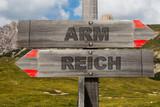 Schild aus Holz mit arm und reich - 191352741