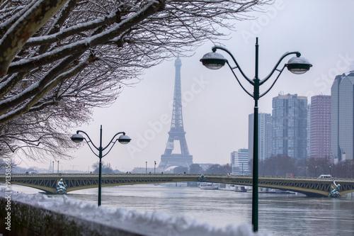 Staande foto Parijs Neige en hiver à Paris et vue sur la tour eiffel