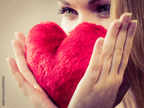 Foto Murales Woman holding red heart