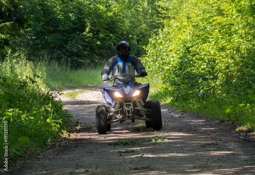 Tuinposter Weg in bos rally quad in the forest
