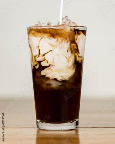 mrozona-kawa-na-stole-drewna-ze-smietana-jest-wylana