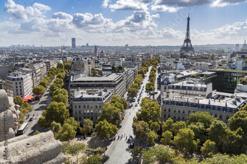Wall mural Champs Elysées et sa vue imprenable sur la Tour Eiffel