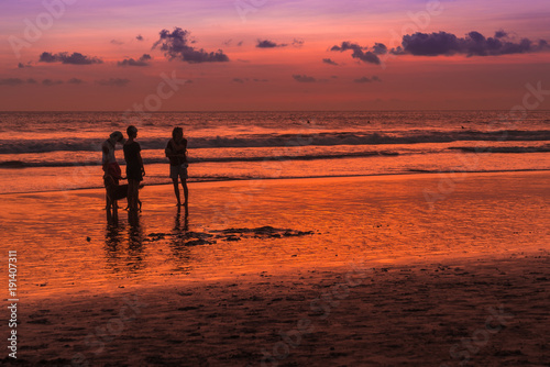 Papiers peints Bali Beach with people in sunset