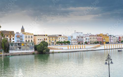 Rio Guadalquivir a su paso por la ciudad de Sevilla, Andalucia España