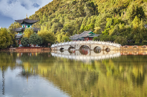 Aluminium Landschappen Suocui Bridge in the Jade Spring Park in Lijiang Old Town, China.