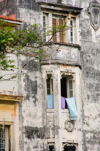 Papiers peints La Havane Dilapidated spanish style building central Havana