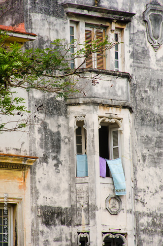 Foto op Aluminium Havana Dilapidated spanish style building central Havana