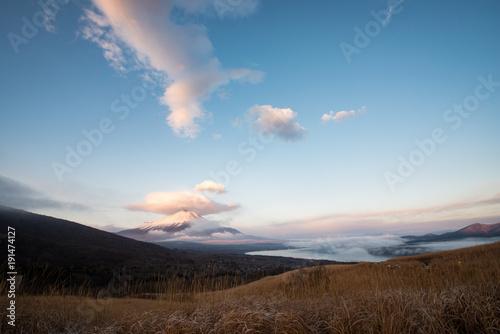Foto op Canvas Blauwe jeans 三国峠より望む笠雲をかぶった富士山と雲海に覆われた山中湖