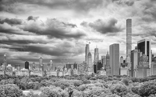 Foto Murales Stormy sky over the Central Park and Manhattan skyline, New York, USA.