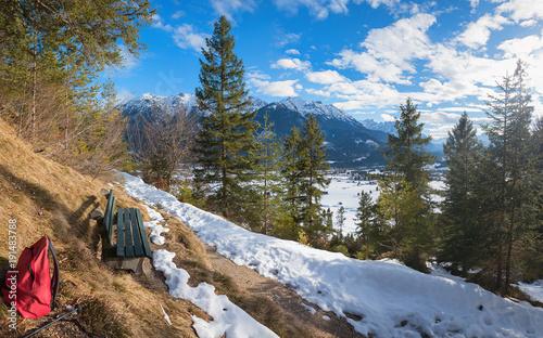 Tuinposter Canyon Wanderweg zur Maxhuette im Wallgau, Rastbank mit Aussicht
