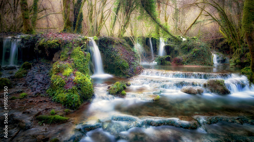 strumien-biegnie-przez-las-tworzac-wiele-malych-wodospadow-i-naturalnych-basenow-wypelnionych-woda-naturalna-scena-odzwierciedla-spokojna-niemal-idylliczna-atmosfere