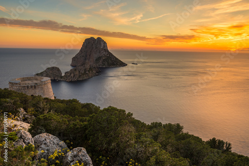 Foto Murales Savinar Tower and Es Vedra island at sunset, Ibiza, Spain