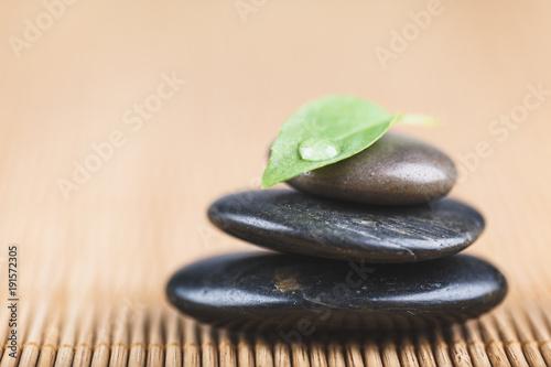 Deurstickers Zen Zen pierres empilées feuille