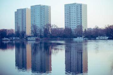 3 Hochhäuser am Ufer eines Sees