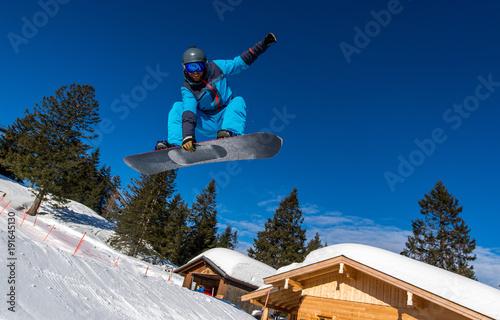 mata magnetyczna Junger Snowboardfahrer fährt die Piste hinunter