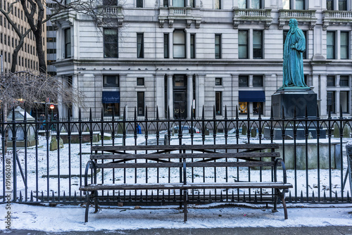 Papiers peints New York Wooden bench in New York City with snow.
