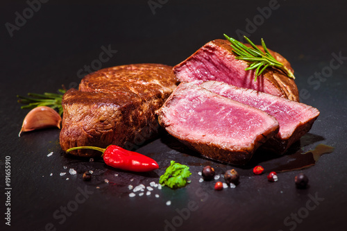 Grilled beef fillet steaks mignon - 191655910