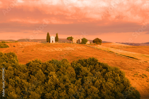 Staande foto Toscane Cappella della Madonna di Vitaleta in the September sunset. Tuscany, Italy