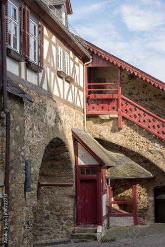 Foto op Plexiglas Baksteen muur Oberste Pforte der Stadtbefestigung und Aufgang in Braunfels, Hessen