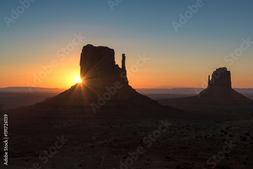 Foto op Plexiglas Ochtendgloren Beautiful sunrise over iconic Monument Valley, Arizona.