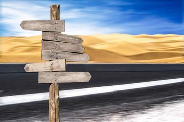 segnali stradali di legno in una strada nel deserto