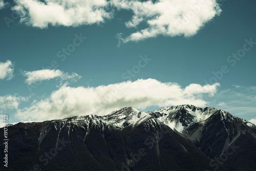 Fotobehang Zwart Montañas con picos nevados en Nueva Zelanda