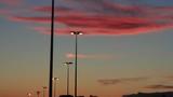 Traveling de Farolas encendidas de Autopista al Anochecer con nubes rojizas  - 191754985