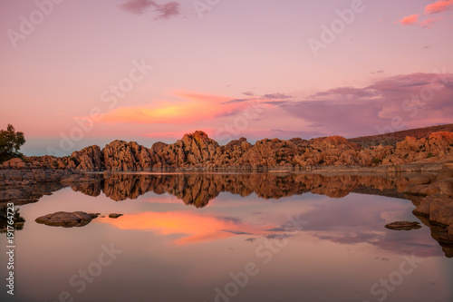 Fotobehang Arizona Scenic Sunset Reflection at Watson Lake Prescott Arizona