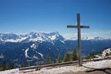 Gipfelkreuz am Wank, Blick zur Zugspitze, im Frühjahr